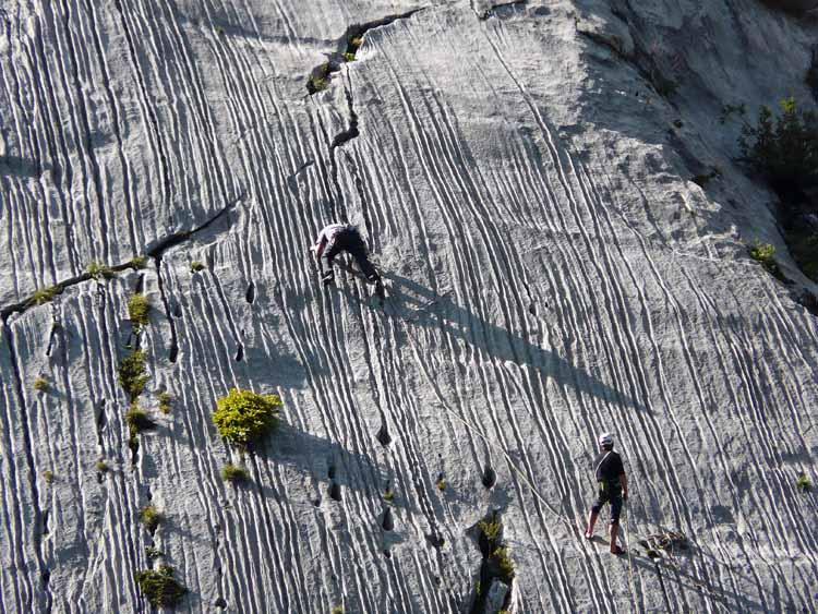 Foto: vince 51 / Wandertour / vom Spullersee auf die Obere Wildgrubenspitze und die Madlochspitze / Kletterer an den Spullerplatten / 30.04.2011 22:37:07