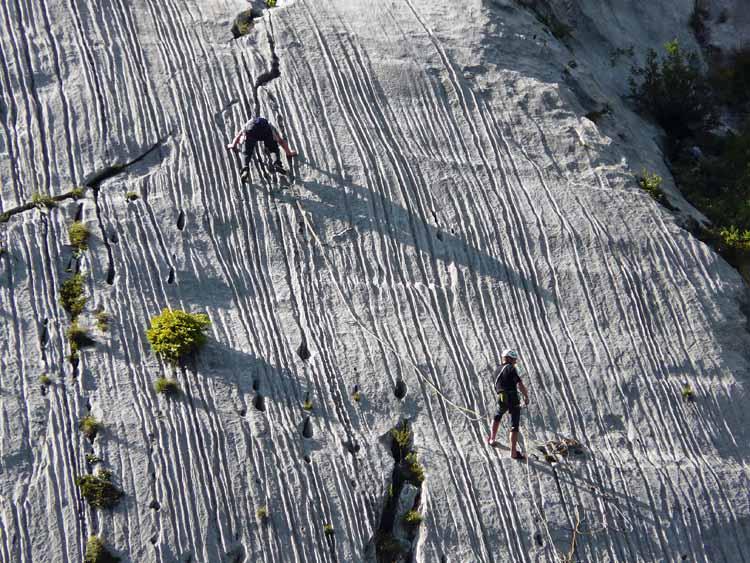 Foto: vince 51 / Wandertour / vom Spullersee auf die Obere Wildgrubenspitze und die Madlochspitze / Kletterer an den Spullerplatten / 30.04.2011 22:36:52