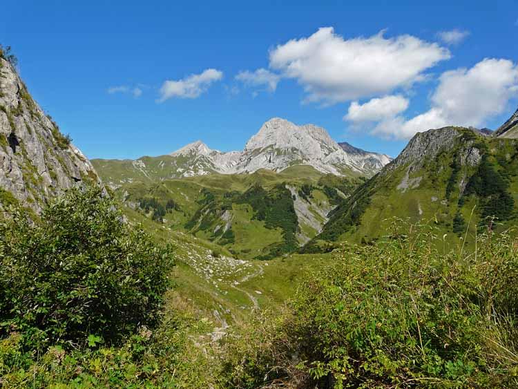 Foto: vince 51 / Wandertour / vom Spullersee auf die Obere Wildgrubenspitze und die Madlochspitze / Wildgruben-(links) und Roggalspitze / 30.04.2011 22:36:04
