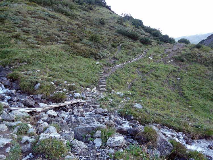 Foto: vince 51 / Wandertour / vom Spullersee auf die Obere Wildgrubenspitze und die Madlochspitze / Weg Spullersee-Ravensburger Hütte / 30.04.2011 23:07:28