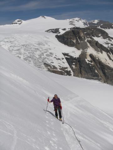 Foto: Wolfgang Lauschensky / Skitour / Glockner Umrundung / Umfahrung / Umrahmung / steiler Ausläufer des Teufelskampkees, dahinter der Hufeisenbruch der Pasterze  / 13.05.2011 08:20:32