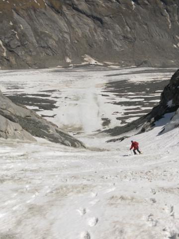 Foto: Wolfgang Lauschensky / Skitour / Glockner Umrundung / Umfahrung / Umrahmung / steile Rinnenabfahrt zur Pasterze / 13.05.2011 08:14:37