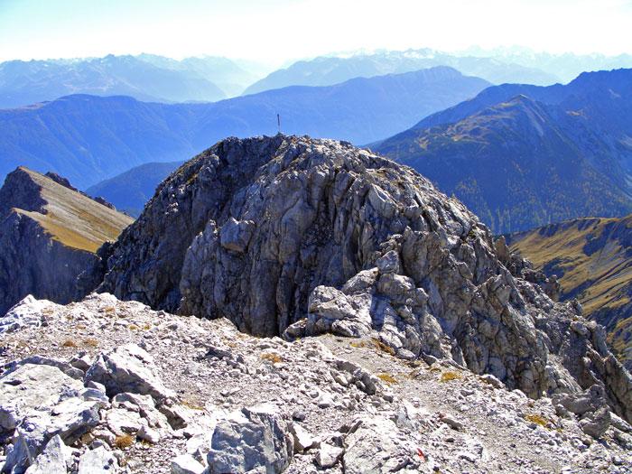Foto: vince 51 / Wander Tour / durchs Rotlechtal auf den Loreakopf / Rückblick vom Haupt- auf den Vorgipfel / 08.06.2011 22:54:21