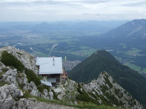 Foto: hofchri / Wandertour / Hochstaufen (1771 m) über Steinerne Jäger (I+) / das Staufenhaus in exponierter Lage / 09.06.2011 21:45:41