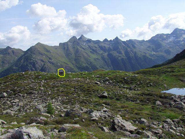 Foto: Datzi / Wandertour / Rundtour über die Wasserfallspitze (Biwak) Aufstieg Herzmaierkar - Abstieg Wildkar / Blick vom Wildkarsee zum Jägerstand (bzw. Hütte -  Gelb Kreis hier kommt man vorbei) / 18.06.2011 16:08:33