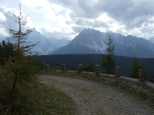 Foto: hofchri / Mountainbiketour / Strickberg (2553 m) und Marchkinkele (2545 m) von Winnebach / Auffahrt zum Strickberg - Blick in die Dolomiten / 19.06.2011 21:58:15