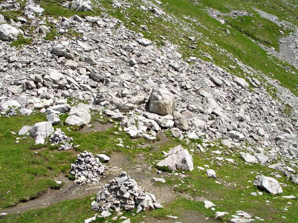 Foto: vince 51 / Wander Tour / Saladinaspitze/Fensterlewand / das im Text erwähnte namenlose Joch miz den 2 grossen Steinmännern / 01.07.2011 22:30:50