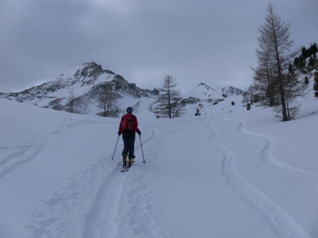 Foto: Wolfgang Lauschensky / Skitour / Lackenspitze 2459m / Grubachspitze und rechts im Hintergrund die Lackenspitze / 01.02.2012 17:06:56