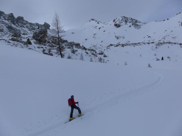 Foto: Wolfgang Lauschensky / Skitour / Lackenspitze 2459m / Querung nach links zum Felssturzareal, zentral die Lackenspitze / 01.02.2012 17:06:24