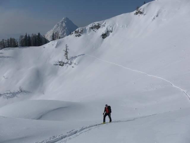Foto: Wolfgang Lauschensky / Skitour / Scheiblingstein 2197m (hohe Variante aus dem Pyhrgasgatterl) / Querung steiler Südhänge des Pyhrgas-Ostgrats, dahinter der Bosruck / 23.02.2012 14:54:52