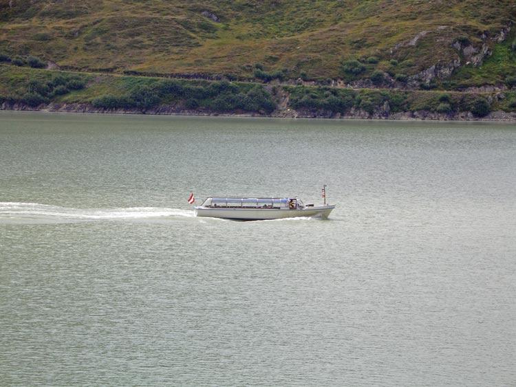 Foto: vince 51 / Wandertour / Von der Bielerhöhe auf den Vermuntkopf  / Motorboot auf dem Silvretta-Stausee / 04.05.2012 21:40:55