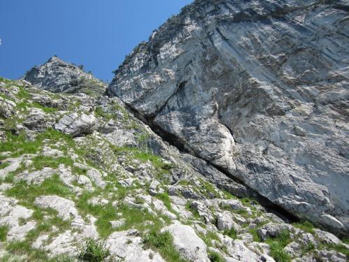 """Foto: hofchri / Klettersteigtour / Mahdlgupf (1.261 m) über """"Attersee-Klettersteig"""" / mit Gras durchsetztes Gelände bis zur weißen Wand / 26.06.2012 19:55:27"""