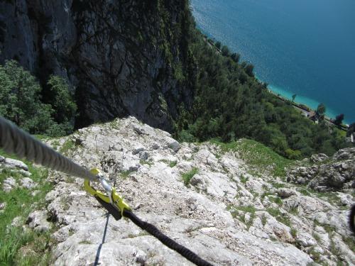 """Foto: hofchri / Klettersteigtour / Mahdlgupf (1.261 m) über """"Attersee-Klettersteig"""" / bei der Nische unterhalb der weißen Wand / 26.06.2012 19:55:55"""