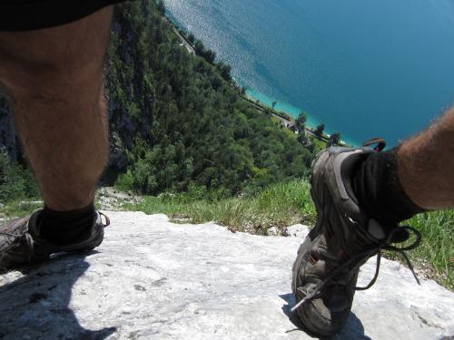 """Foto: hofchri / Klettersteigtour / Mahdlgupf (1.261 m) über """"Attersee-Klettersteig"""" / luftiger Quergang auf Trittstiften / 26.06.2012 19:56:18"""