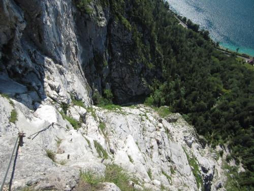 """Foto: hofchri / Klettersteigtour / Mahdlgupf (1.261 m) über """"Attersee-Klettersteig"""" / Tiefblick - Abschnitt bei der weißen Wand / 26.06.2012 19:57:38"""