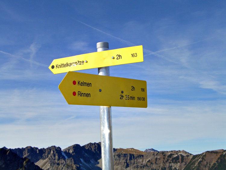 Foto: vince 51 / Wandertour / Reuttener Höhenweg / Wegweiser im Joch zwischen Galtjoch und Steinkarspitzen / 11.07.2012 22:30:33