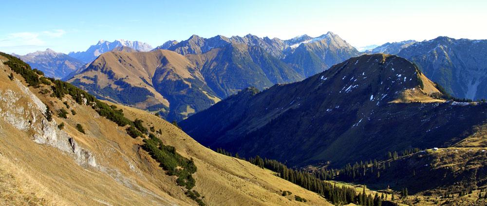 Foto: vince 51 / Wandertour / Reuttener Höhenweg / Blick auf Kelmer Spitze und davor das Rotbachtal, rechts unten die Raazgaltalm / 11.07.2012 22:23:21