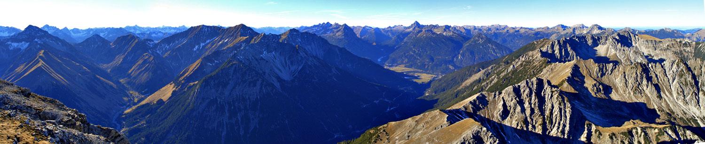 Foto: vince 51 / Wandertour / Reuttener Höhenweg / Südwest-Panorama von der Knittelkarspitze / 11.07.2012 22:01:58