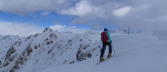 Foto: Wolfgang Lauschensky / Skitour / Mislkopf über Mislböden    / am flachen Gipfelgrat des Mislkopfes, links vom Rauhen Kamm das Pfoner Kreuzjöchl. / 19.02.2013 17:59:14