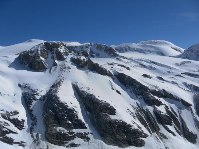 Foto: Wolfgang Lauschensky / Skitour / Kleiner Burgstall (2709m bzw.  2718m) / jenseits der Pasterzenzunge der Mittlere und Hohe Burgstall mit Oberwalderhütte, dahinter die Bärenköpfe / 25.05.2013 10:43:04