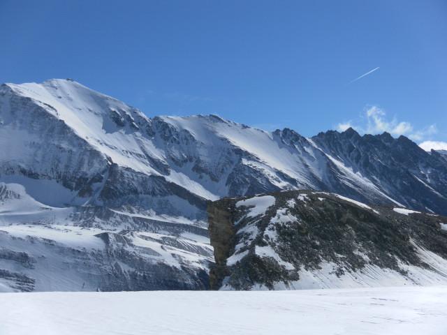 Foto: Wolfgang Lauschensky / Skitour / Kleiner Burgstall (2709m bzw.  2718m) / Kleiner Burgstall vom Weiterweg zum Eiskögele. Links Fuscherkarkopf  / 25.05.2013 10:42:51