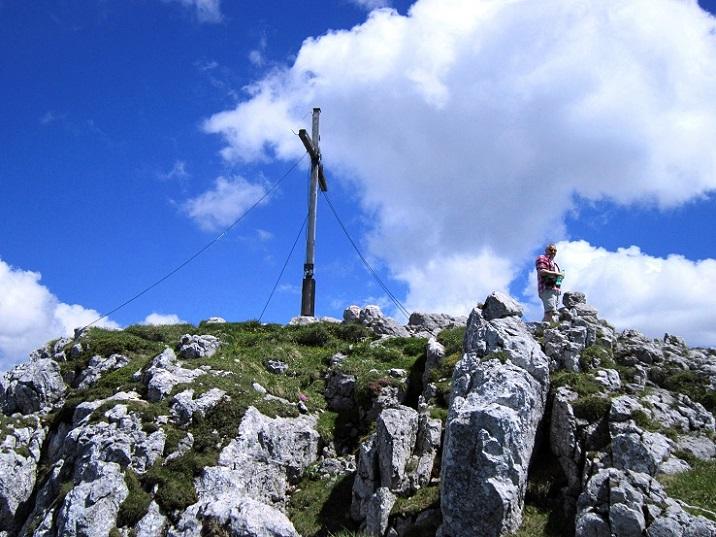 Foto: Andreas Koller / Klettersteigtour / Intersport Klettersteig Donnerkogel (2054m) / Gipfelkreuz am Großen Donnerkogel / 12.07.2013 16:30:36