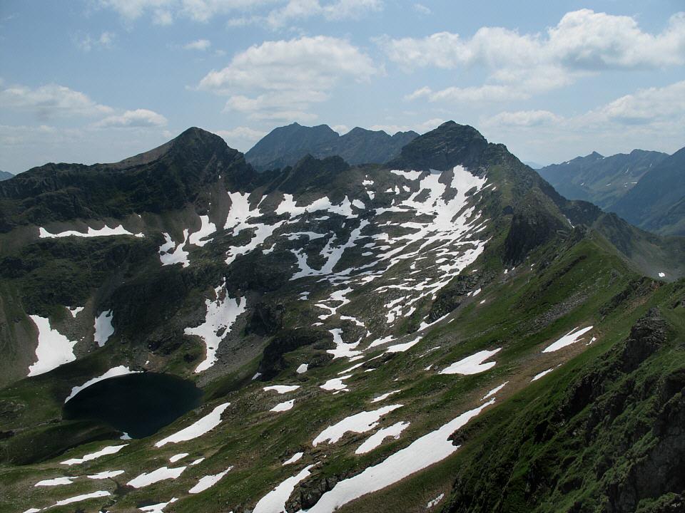 Foto: Gerhard Eidenberger / Wandertour / Auf den Scharnock / Am Gipfel des Pietrachs (2.395 m) und Blick zurück zum Scharnock. / 17.07.2013 17:42:30