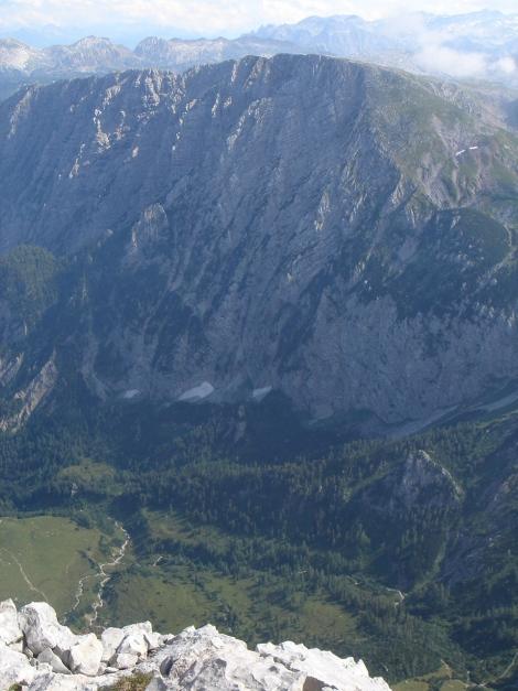 Foto: Manfred Karl / Wandertour / Hohes Brett über Brettgabel / Tiefblick Jochbergalm, dahinter Schneibstein / 04.10.2013 21:11:21