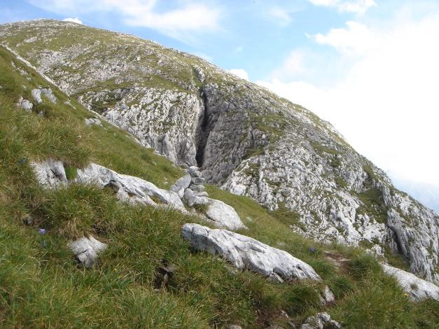 Foto: Manfred Karl / Wandertour / Hohes Brett über Brettgabel / Rechts neben der Doline vollzieht sich der Abstieg / 04.10.2013 21:07:03