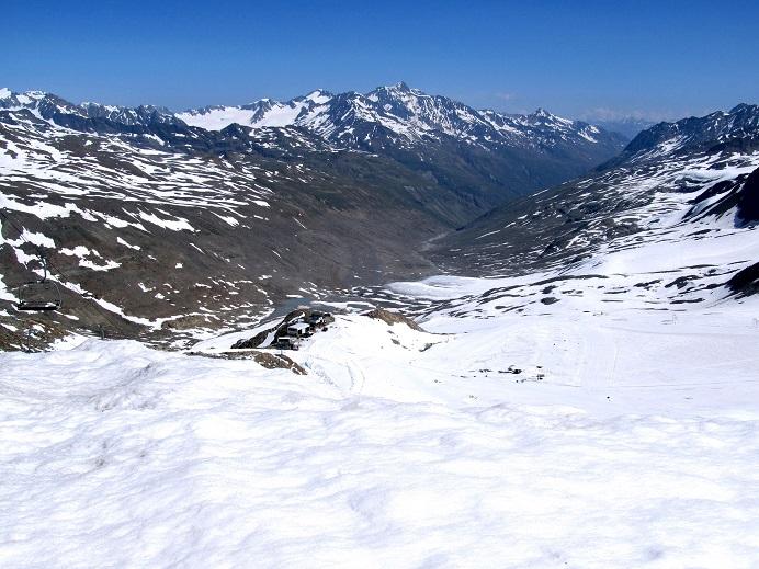 Foto: Andreas Koller / Klettersteigtour / Klettersteig Graue Wand (3202m) / Ausgangspunkt Bergstation der Grawand-Seilbahn mit Blick zur Wildspitze (3772m) / 23.12.2013 03:04:12