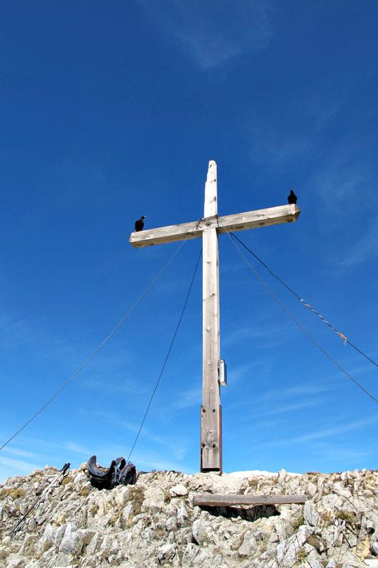 Foto: vince 51 / Wandertour / Von Grän auf das Brentenjoch / Gipfelkreuz (mit zwei Brotzeitgeiern) / 14.04.2014 21:32:49