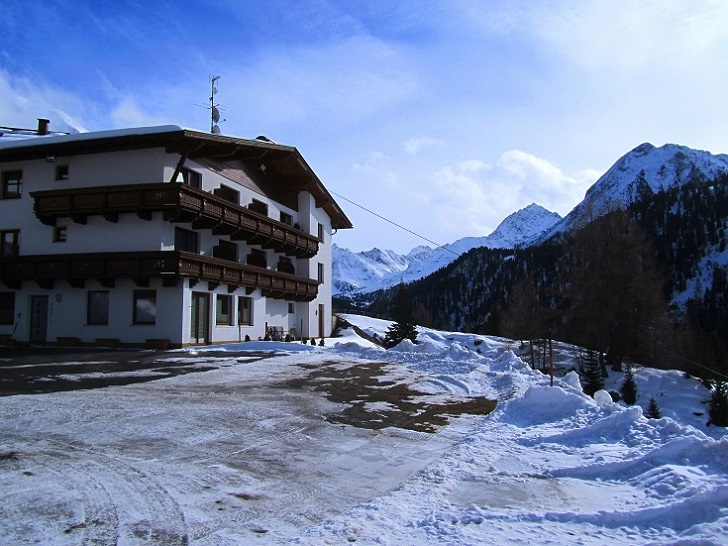 Foto: Andreas Koller / Schneeschuhtour / Panoramaloge Faltegartenkögele (2184m) / Beim Gh Marlstein geht's los! / 03.05.2014 01:08:41