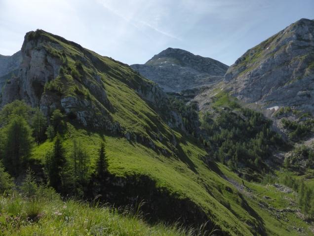 Foto: Manfred Karl / Wandertour / Über die Rotspielscheibe auf den Fagstein / Rotspielscheibe - Windschartenkopf, rechts die Senke der Rotspielalm / 27.07.2014 21:15:17