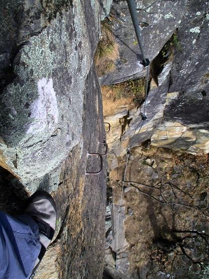 Foto: Andreas Koller / Klettersteigtour / Klettersteig Hoachwool Naturnser Sonnenberg (1200m) / Schwierige, glatte Verschneidung / 12.04.2015 17:57:32