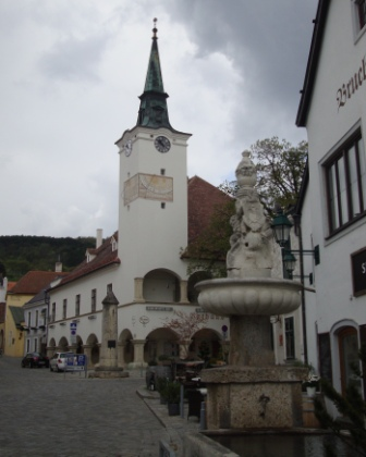 Foto: Wolfgang Dröthandl / Wandertour / Pfaffstättner Kogel - Runde von Gumpoldskirchen / Rathaus von Gumpoldskirchen, davor der Pranger (ehem. Römersäule) / 20.04.2015 14:40:54