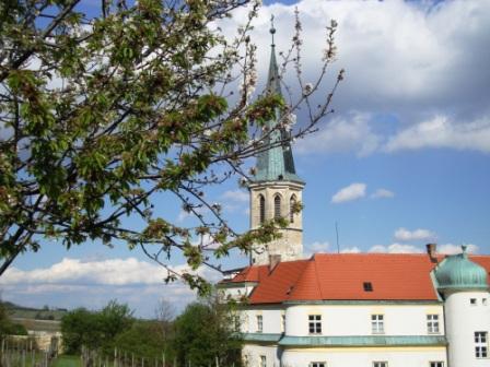 Foto: Wolfgang Dröthandl / Wandertour / Pfaffstättner Kogel - Runde von Gumpoldskirchen / Wieder in Gumpoldskirchen (Kirche St. Michael) über den Kalvarienberg / 20.04.2015 14:32:47