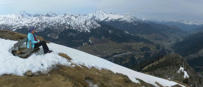 Foto: Wolfgang Lauschensky / Schneeschuhtour / Padauner Kogel 2066m / Aussichtsbankerl am Gipfel, jenseits des Wipptals die Stubaier Alpen / 07.04.2016 00:24:43