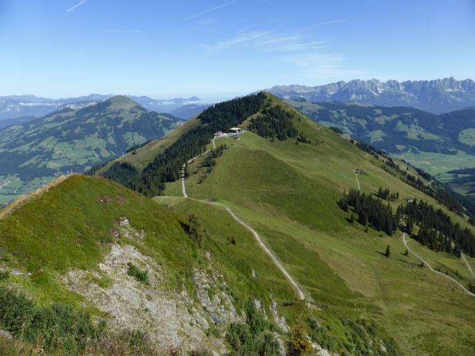 Foto: Manfred Karl / Wandertour / Panoramawanderung Gampenkogel und Fleiding / Guggenkögele und Bergstation, rechts hinten Wilder Kaiser / 07.08.2016 19:23:32