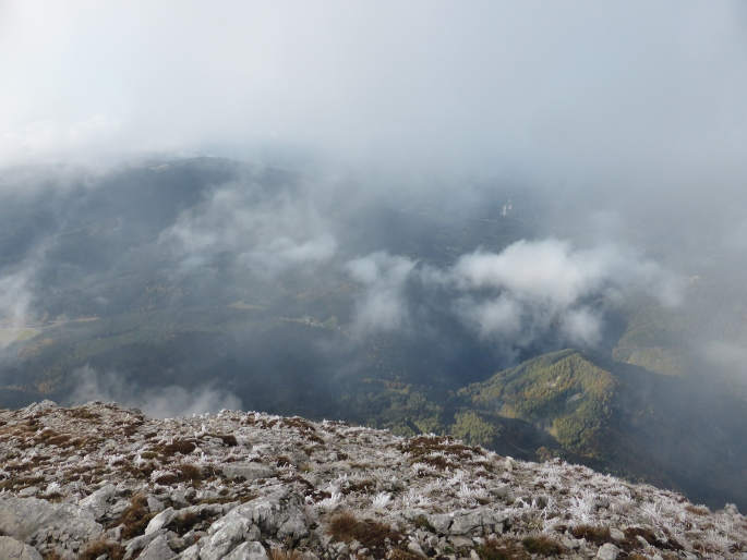 Foto: Manfred Karl / Wandertour / Großer Ötscher mit Gipfelrundweg / Tiefblick vom Taubenstein / 13.11.2016 18:59:54