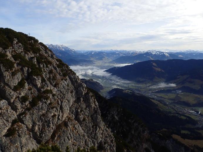 Foto: Manfred Karl / Wander Tour / Bärenköpfl, 1950 m / Blick Richtung Saalfelden, links das Gipfelkreuz vom Bärenköpfl / 01.06.2018 20:03:53