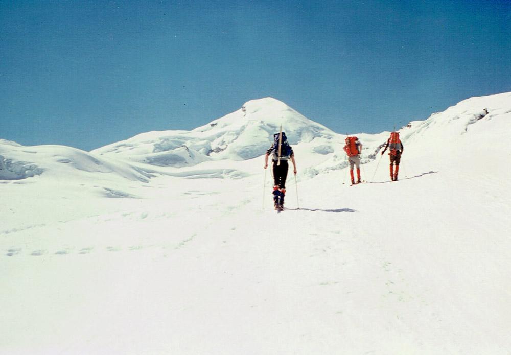 Foto: Rupert Gredler / Skitour / Das Strahlhorn von Saas Fee aus / Strahlhorn und Adlerpass in Sichtweite / 24.05.2020 15:38:52