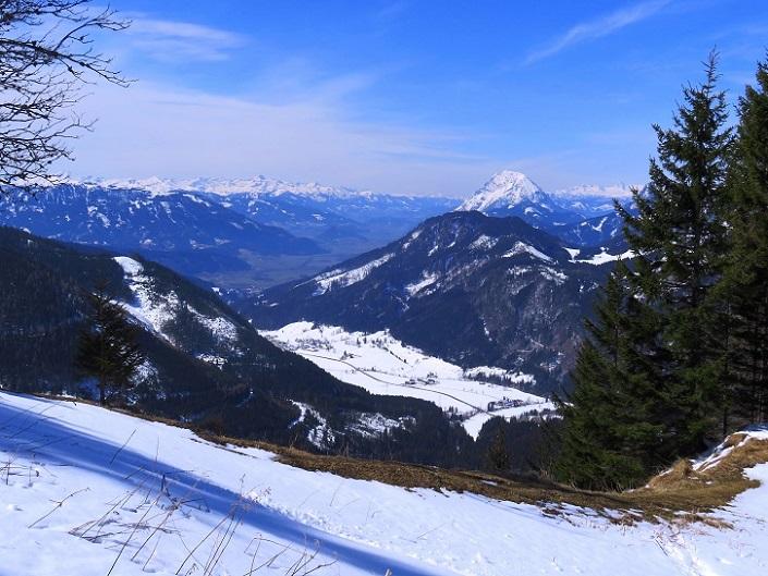 Foto: Andreas Koller / Skitour / Vom Pyhrnpass auf den Lahnerkogel (1854m) / Blick ins Ennstal mit Grimming (2351m) / 01.05.2021 18:21:48