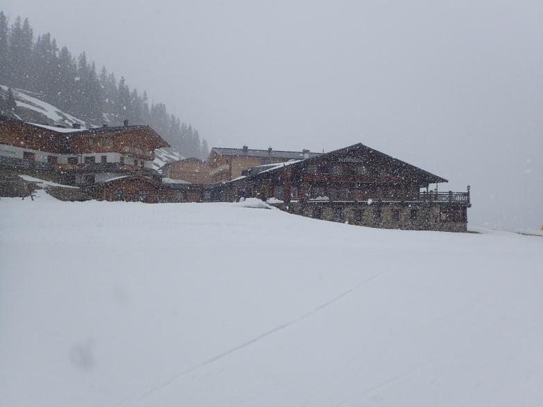 Foto: Manfred Karl / Skitour / Von Hinterglemm auf den Zwölferkogel / Breitfußalm im Schneegestöber / 03.05.2021 06:54:10