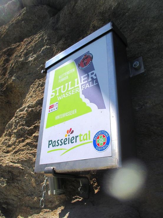 Foto: Andreas Koller / Klettersteigtour / Klettersteig Stuller Wasserfall (1320m) / Steigbuch bei der ausgesetzten Bank / 09.10.2021 17:23:13
