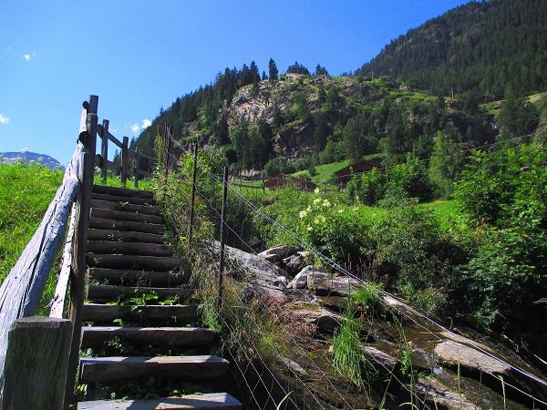 Foto: Andreas Koller / Klettersteigtour / Klettersteig Stuller Wasserfall (1320m) / Ausstieg bei der großen Wiese unterhalb des Ortes Stuls / 09.10.2021 17:20:21