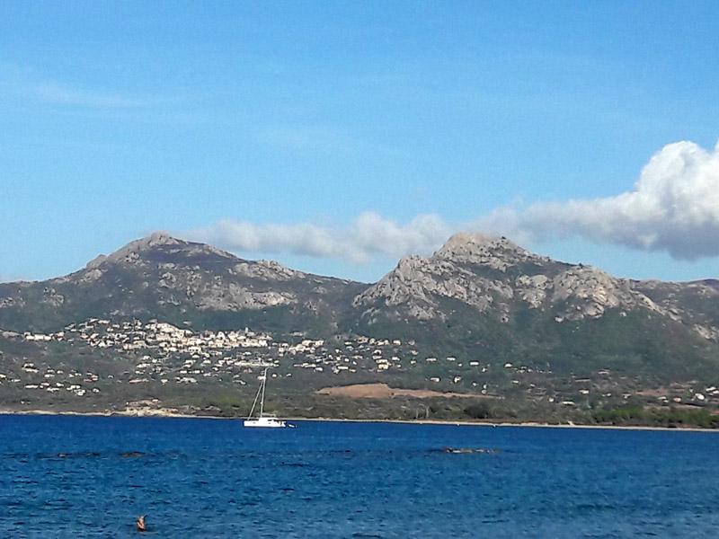 Foto: Rupert Gredler / Wandertour / Von der Punta Spanu nach Calvi / Blick zurück zum Capu Bracajo und zum Capu d´ Occi (der linke). / 13.10.2021 13:56:45