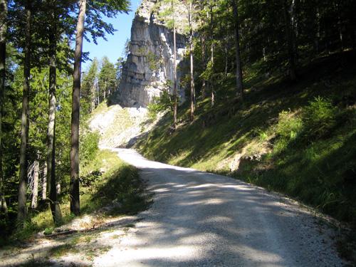 Foto: letsgoactive / Mountainbike Tour / Rund um den Schafberg - über den Falkenstein / ... vorbei an Jagdhütten, gemütlich am Schotter / 18.04.2007 15:58:11