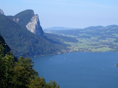 Foto: letsgoactive / Mountainbike Tour / Rund um den Schafberg - über den Falkenstein / Blick auf die Drachenwand und Mondsee am Weg zur Eisenau / 18.04.2007 15:58:40