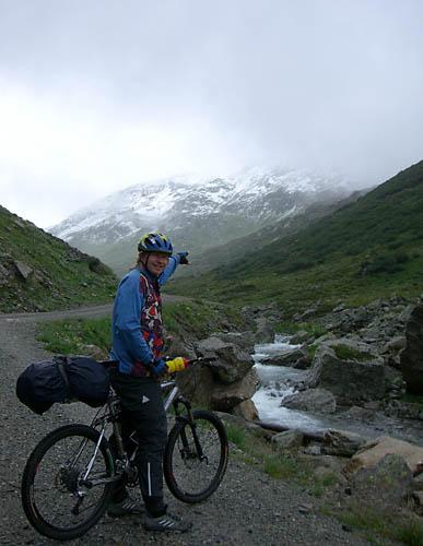 Foto: Lenswork.at / Ch. Streili / Mountainbike Tour / Transalp St. Anton - Riva: Tag 1 (St. Anton am Arlberg - Heidelberger Hütte) / Auffahrt zur Heilbronnerhütte durch das Verwalltal / 20.04.2007 09:27:39
