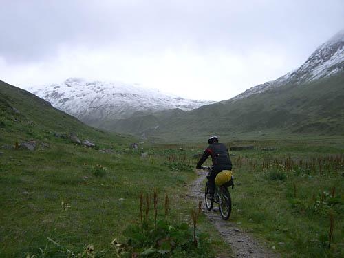 Foto: Lenswork.at / Ch. Streili / Mountainbike Tour / Transalp St. Anton - Riva: Tag 1 (St. Anton am Arlberg - Heidelberger Hütte) / Auffahrt zur Heilbronnerhütte durch das Verwalltal / 20.04.2007 09:27:30